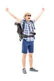 Glimlachende mannelijke wandelaar met opgeheven handen die geluk gesturing Stock Afbeeldingen