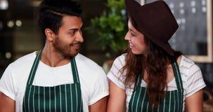 Glimlachende medewerkers die voedsel voorbereiden stock videobeelden