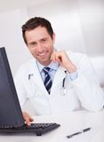 Glimlachende medische arts met stethoscoop stock afbeelding