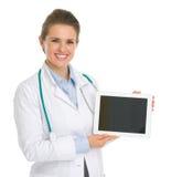 Glimlachende medische artsenvrouw die tabletPC tonen Royalty-vrije Stock Foto's