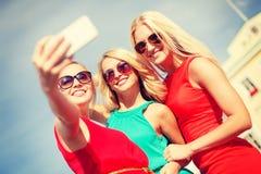 Glimlachende meisjes die foto met smartphonecamera nemen Royalty-vrije Stock Afbeelding