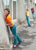 Glimlachende meisjes die jeans dragen Stock Foto