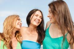 Glimlachende meisjes die op het strand lopen Royalty-vrije Stock Foto