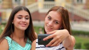 Glimlachende meisjes die selfie met smartphonecamera nemen stock video