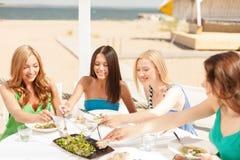 Glimlachende meisjes in koffie op het strand Stock Foto's