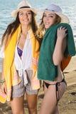 Glimlachende Meisjes met hun Handdoeken bij het Strand Stock Fotografie