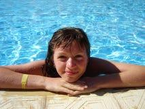 Glimlachende meisjes water-pool Stock Foto's