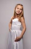 Glimlachende meisjesblonde in een witte kleding Royalty-vrije Stock Afbeeldingen