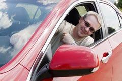 Glimlachende mens in auto Stock Foto
