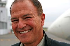 Glimlachende Mens bij Luchthaven Stock Fotografie