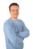 Glimlachende mens in blauwe sweater glazen stock fotografie