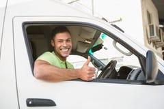 Glimlachende mens die duimen tonen die zijn bestelwagen opdrijven Stock Afbeelding