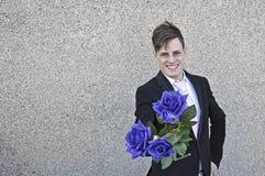 Glimlachende mens die een bos van rozen aanbieden royalty-vrije stock foto