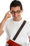 Glimlachende mens die een texbook leest royalty-vrije stock fotografie