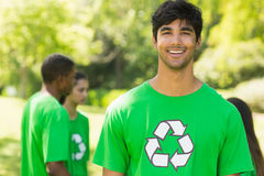Glimlachende mens die groene recyclingst-shirt in park dragen Royalty-vrije Stock Afbeelding