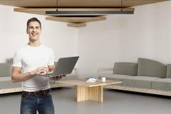 Glimlachende Mens die Laptop in Bureau met behulp van Stock Afbeeldingen