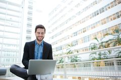 Glimlachende mens die laptop computer met behulp van Royalty-vrije Stock Fotografie