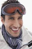 Glimlachende Mens die Ski Goggles dragen royalty-vrije stock foto's