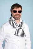 Glimlachende mens die zonnebril draagt Stock Fotografie