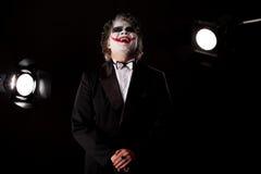 Glimlachende mens in een beeld van een joker Royalty-vrije Stock Foto