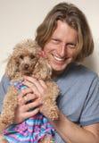 Glimlachende Mens en Zijn Hond Stock Foto