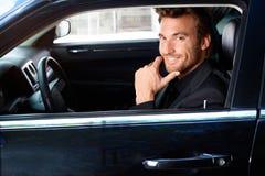 Glimlachende mens in limousine stock fotografie