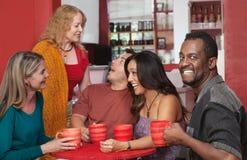 Glimlachende Mens met Groep Vrienden Stock Foto's