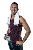 Glimlachende mens met handdoek op het waterfles van de halsholding Royalty-vrije Stock Fotografie