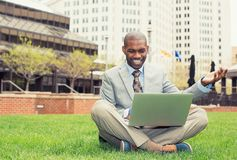 Glimlachende mens met laptop openluchtlezingsnieuws e-mail Stock Fotografie