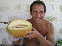 Glimlachende mens met meloen Stock Foto's