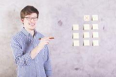 Glimlachende mens met potloden stock fotografie