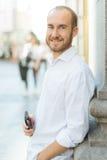 Glimlachende mens met telefoon Royalty-vrije Stock Fotografie