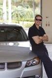 Glimlachende mens naast nieuwe auto Royalty-vrije Stock Foto's