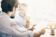 Glimlachende mens tijdens commerciële vergadering met zijn partner Stock Afbeeldingen
