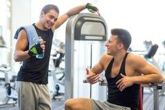 Glimlachende mensen die op gymnastiekmachine uitoefenen Royalty-vrije Stock Fotografie