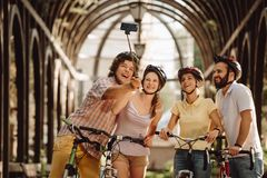 Glimlachende mensen die selfie stok in openlucht gebruiken royalty-vrije stock foto's