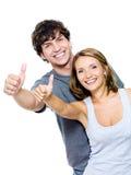 Glimlachende mensen met duim-omhooggaand gebaar Stock Foto's