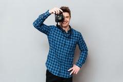 Glimlachende mensenfotograaf die camera kijken royalty-vrije stock fotografie
