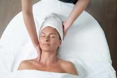 Glimlachende midden oude dame die hals van massage genieten bij kuuroordsalon stock foto's