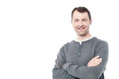 Glimlachende midden oude die mens op wit wordt geïsoleerd stock foto