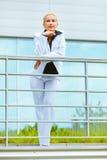 Glimlachende moderne bedrijfsvrouw bij de bureaubouw Stock Fotografie