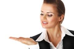 Glimlachende moderne bedrijfsvrouw die iets voorstelt Stock Fotografie