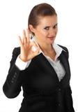 Glimlachende moderne bedrijfsvrouw die o.k. gebaar toont royalty-vrije stock afbeeldingen