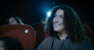 Glimlachende moeder in bioskoop stock videobeelden