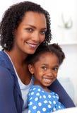 Glimlachende moeder en haar meisje Stock Foto's