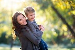 Glimlachende moeder en zoon stock foto