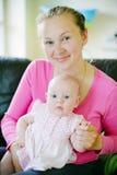 Glimlachende Moeder met Dochter Royalty-vrije Stock Afbeeldingen