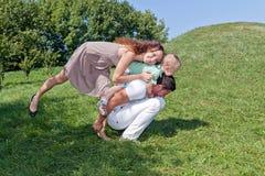 Glimlachende moeder met haar echtgenoot en zoon Stock Foto