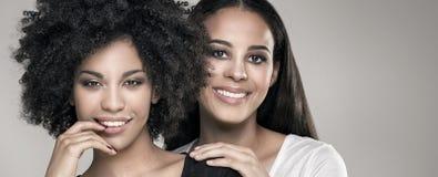 Glimlachende mooie Afrikaanse Amerikaanse meisjes stock foto