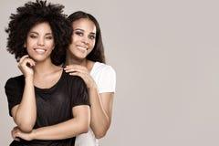 Glimlachende mooie Afrikaanse Amerikaanse meisjes royalty-vrije stock foto's